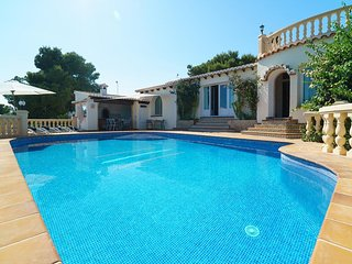 3 bedroom Villa with Pool, Air Con, WiFi and Walk to Shops - 5046991