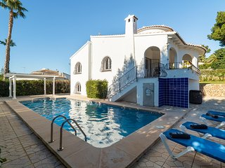3 bedroom Villa with Pool, Air Con, WiFi and Walk to Shops - 5720800