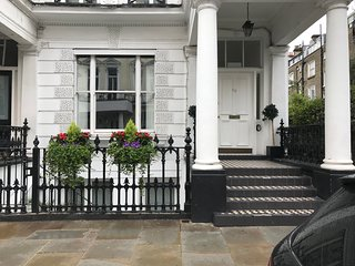 Posh 2 bed 1 bath in best part of Kensington W8