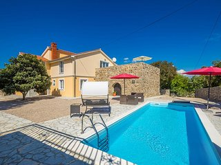 Luxurious holiday house - swimming pool, separated terrace, barbecue, full priva
