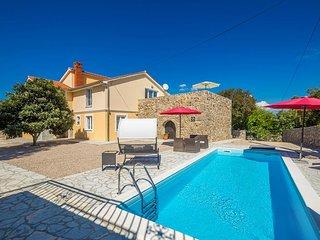 Schone geraumige Villa mit Pool