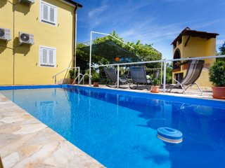 Cozy spacious apartment - outdoor pool, private parking, private balcony, terrac