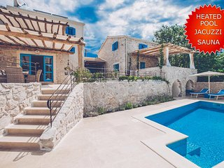 Deluxe irresistible Villa - outdoor heated pool, private sauna, large yard, full