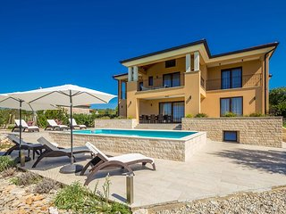 Gorgeous luxury Villa - nature view, private pool, parking, spacious outdoor are