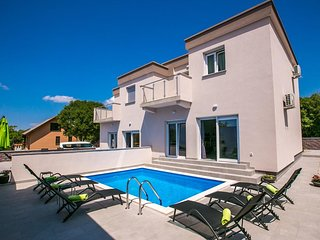 Beautiful Holiday house - private swimming pool, parking space, terrace and balc