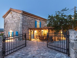 Attractive renovated stone house - private pool, garden terrace, barbecue, garde