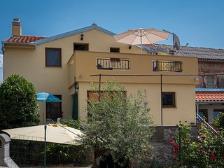 Attractive rustic Holiday house - private jacuzzi, spacious balcony and terrace,