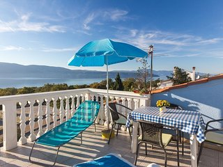 Lovely colorful sunny apartment - large terrace, sea view, private parking,