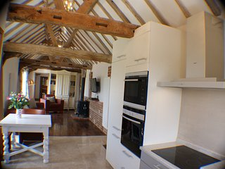 Cart Lodge, chique one bedroom barn with log burner, patio & optional hot tub