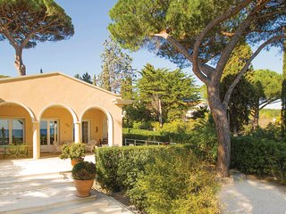 Awesome home in Sainte Maxime w/ Jacuzzi, WiFi and 2 Bedrooms