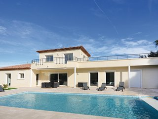 Amazing home in Saint Raphael w/ 4 Bedrooms and WiFi