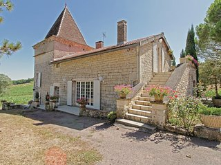 Nice home in Villeneuve-sur-Vere w/ WiFi and 2 Bedrooms