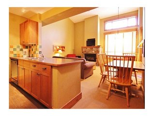 On-hill, bright, mountain-view, heated pool & hot tub, w. fireplace and Smart TV