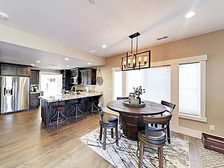 Mins to Park City - Spacious & New 3BR Condo w/Double Garage, Private Hot Tub