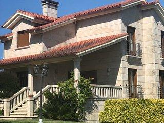 Casa independiente con piscina y jardín en Moaña.