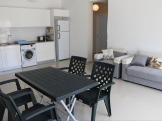Large 2 bedroom apartment - 5 minute walk to beach