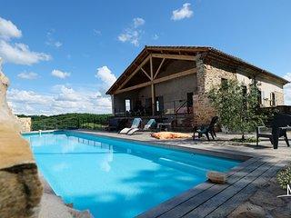 Maison en pierre avec piscine chauffée