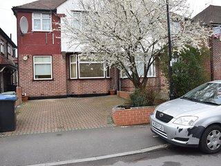 2 Bedroom apartment, garden, car parking, transport 2 minutes walk