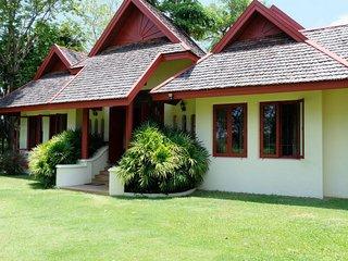 Luxury Thai Mediterranean Villa, 3200m2, Garden, Pool, Live-in Maid, Breakfast