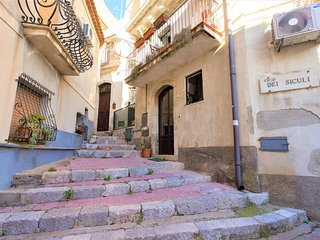 Taormina - Charming Home in Prize Position (2Bdrms+balcony+full kitchen)