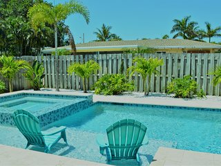 TROPICAL RESORT LIKE HOME. CLOSE TO BEACH. PRIVATE HEATED SALT POOL/HOT-TUB