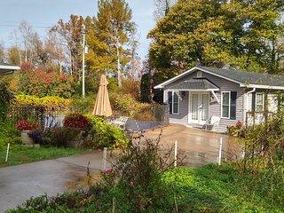 Clarkesville Cottage 1 BR Garden Getaway w/ Pool in NEGA