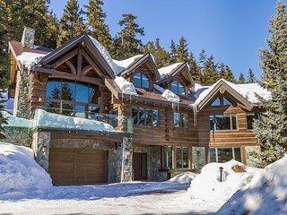 Stunning High End Luxury Chalet in prestigious Blueberry Hills, Sleeps 12