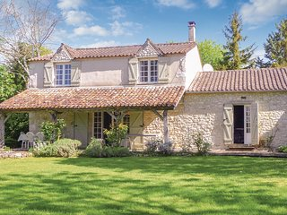 Beautiful home in St Astier w/ 4 Bedrooms