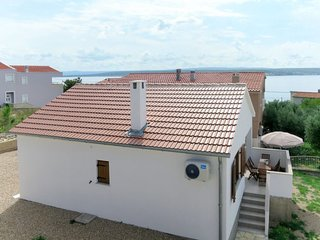2 bedroom Villa with Air Con, WiFi and Walk to Beach & Shops - 5641023