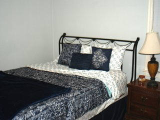 Affordable comfy home that sleeps 9 people. Convenient to Jacksonville Events