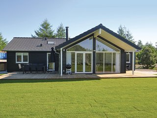 Beautiful home in Glesborg w/ WiFi, 4 Bedrooms and Sauna