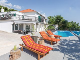 Nice home in Brela w/ Jacuzzi, WiFi and 4 Bedrooms