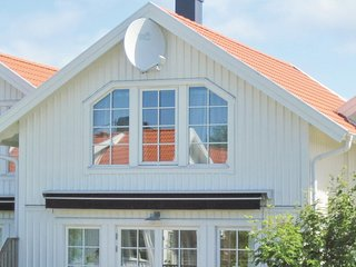Stunning home in Mollosund w/ 3 Bedrooms