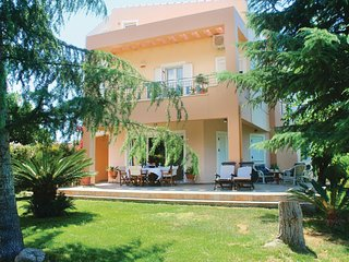 Amazing home in Tsaousi w/ WiFi, Outdoor swimming pool and 3 Bedrooms