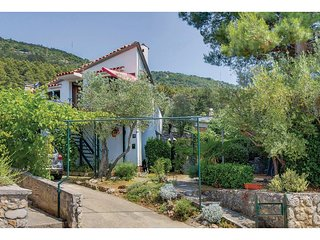 Nice home in Cres w/ WiFi and 2 Bedrooms