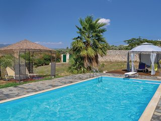 Stunning home in Korinthos w/ WiFi, 2 Bedrooms and Outdoor swimming pool