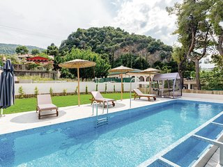 Stunning home in Arkitsa w/ WiFi, 5 Bedrooms and Outdoor swimming pool
