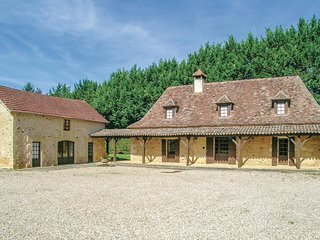 Awesome home in Cendrieux w/ WiFi, Outdoor swimming pool and 7 Bedrooms