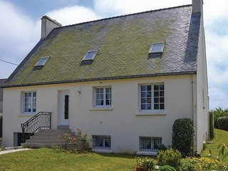 Beautiful home in Lilia, Plouguerneau w/ 2 Bedrooms