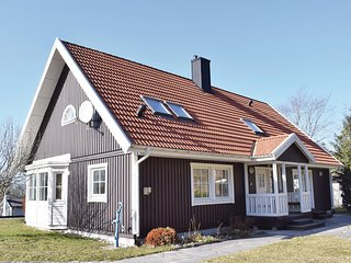 Nice home in Visby w/ Sauna, WiFi and 5 Bedrooms