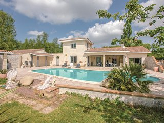 Beautiful home in Saint-Vivien-de-Medoc w/ 4 Bedrooms