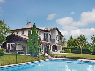 Amazing home in Ascain w/ WiFi, Outdoor swimming pool and 3 Bedrooms