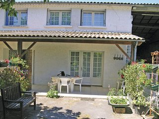 Stunning home in Arces sur Gironde w/ 2 Bedrooms