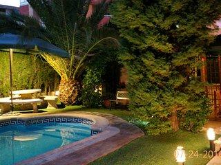 Espaciosa Casa Vacacional, luminosa, confortable con Piscina y Jardin