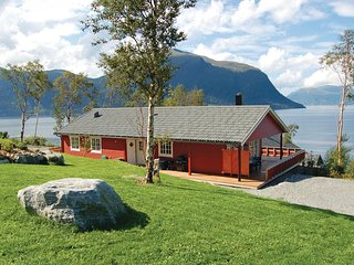 Beautiful home in Hundeidvik w/ 4 Bedrooms