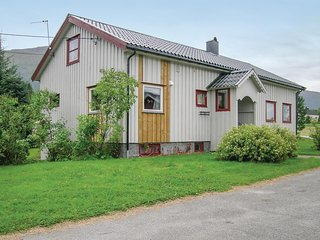 Awesome home in Eidsvag w/ 4 Bedrooms