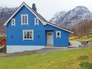Awesome home in Sykkylven w/ Sauna, WiFi and 3 Bedrooms