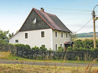 Amazing home in Kovarska w/ 3 Bedrooms