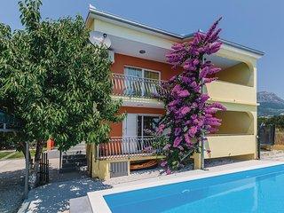 Nice home in Kastel Luksic w/ WiFi and 6 Bedrooms