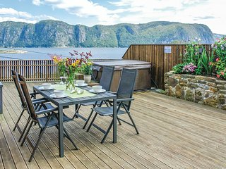 Nice home in Farsund w/ Jacuzzi, Sauna and WiFi (N36010)